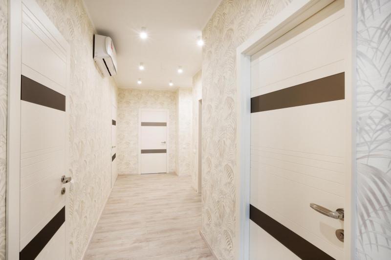 Белый глянцевый потолок в прихожей