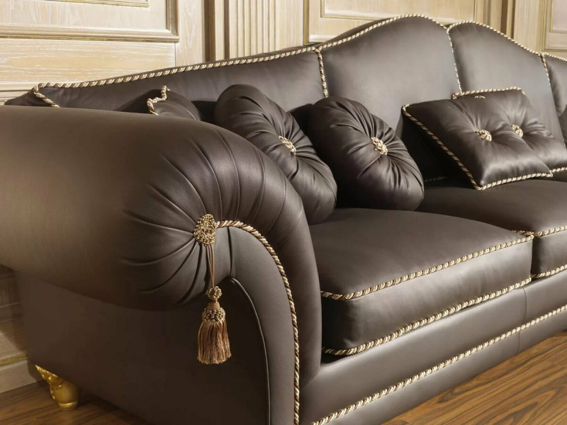 Блестящая обивка у дивана
