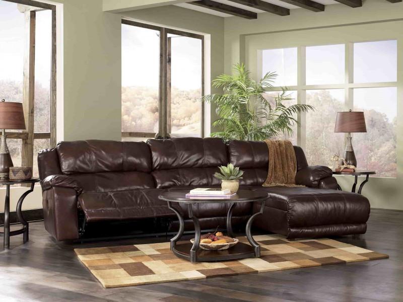 Коричневый натуральный кожаный диван в интерьере