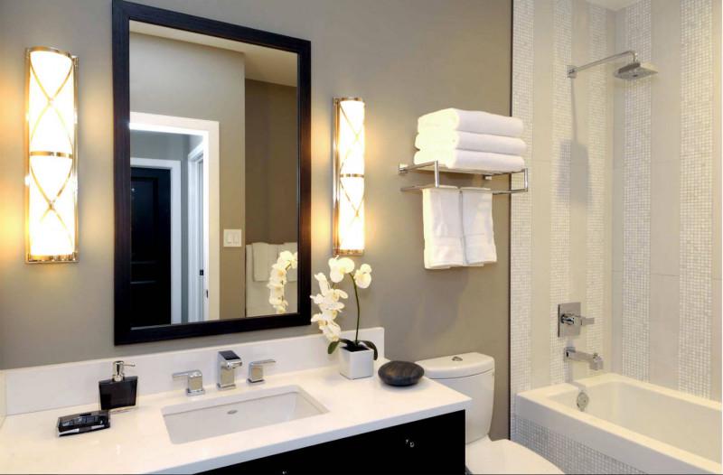 Бра в ванной около зеркала